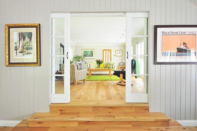 Drevená podlaha, otvorené interiérové dvere.jpg