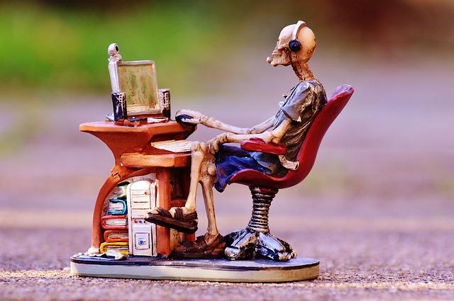 Kostilvec sedí za počítačom.jpg