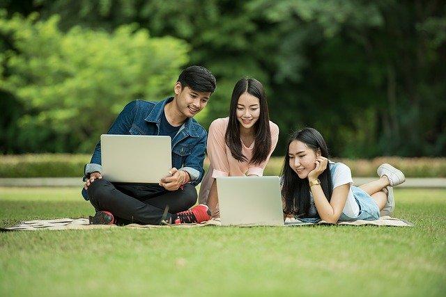 Laptopy, notebooky, kamaráti v parku.jpg