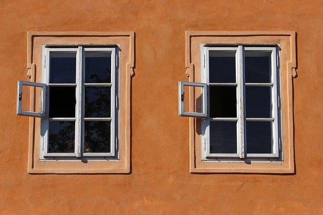 Dve okná vedľa seba.jpg