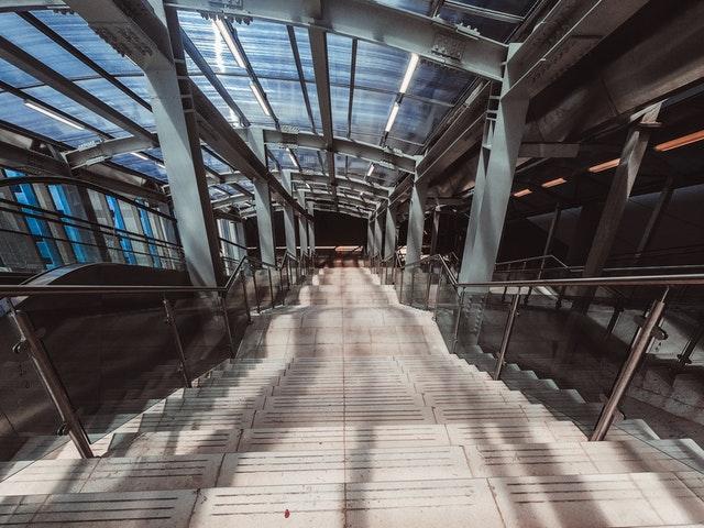 Fotka z horného pohľadu na schody a nerezové zábradlie.jpg