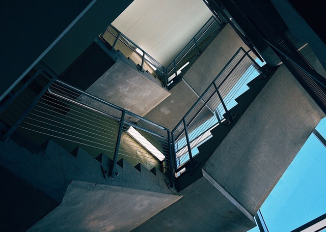 Spodný pohľad na schody s nerezovým zábradlím.jpg