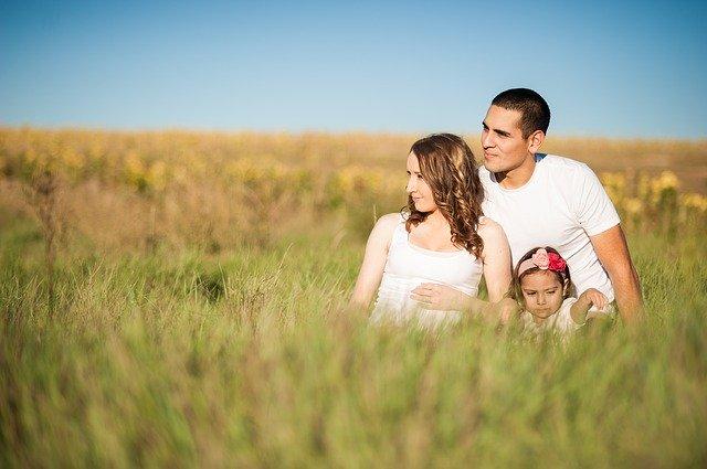 mladá rodina na poli.jpg