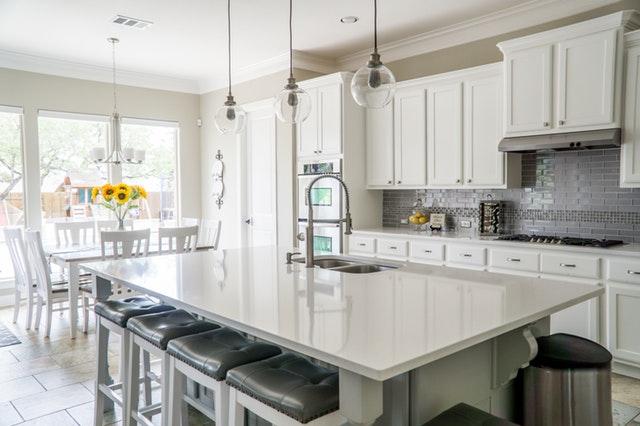 Kuchynská linka v strede kuchyne, nad ktorou visia tri svetlá
