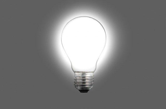 Zasvietená žiarovka na sivom pozadí
