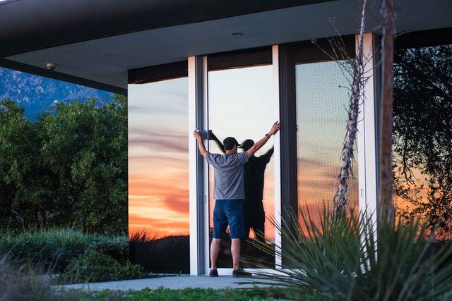 montovanie sklenených dverí
